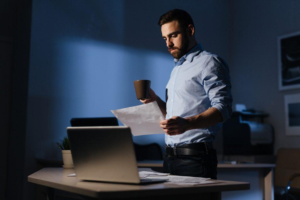 Pracownik w biurze nocą