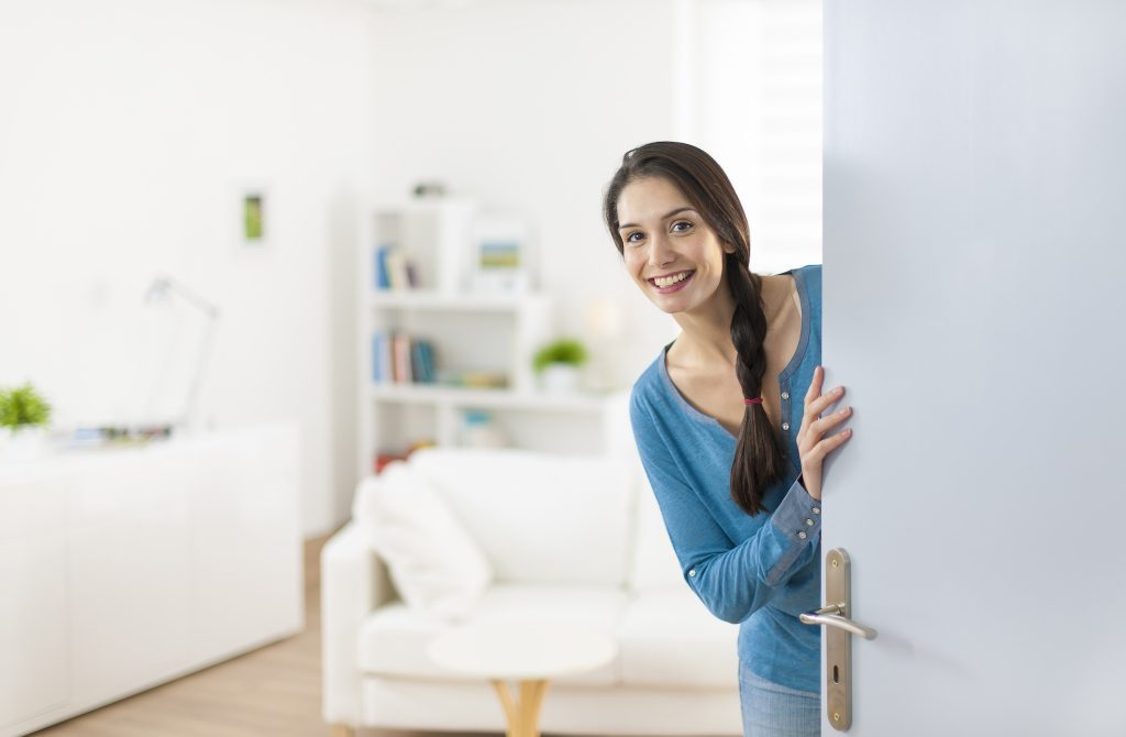 Kobieta wygląda zza drzwi